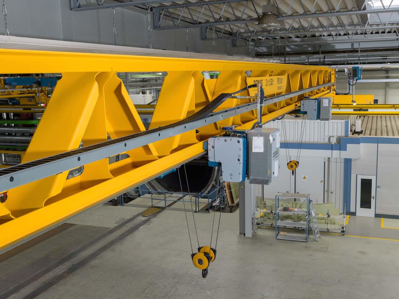 Как осуществляется перемещение и поднятие грузов на производстве?