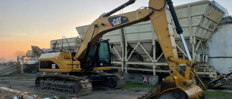 Одна из лучших моделей экскаваторов - это Caterpillar 323